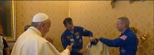Des astronautes offrent une combinaison spatiale au Pape François