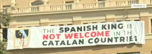 Hommage aux victimes de Barcelone : une banderole contre le roi déployée