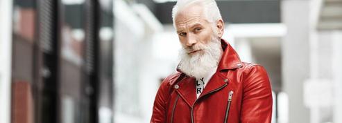 Le père Noël sexy qui prend la pose pour les enfants malades