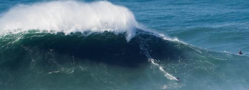 Justine Dupont surfe une vague monstrueuse à Nazaré (vidéo)