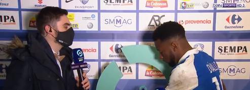 Mamadou Diallo (Grenoble) tente… d'embarquer le socle du trophée de l'homme du match