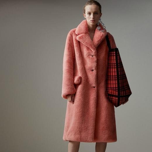 Cet hiver, on se love dans des manteaux en fausse fourrure colorée -  Burberry cf7986841dee
