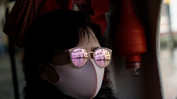 Une touriste portant un masque de protection à Venise, le 7 février 2020.