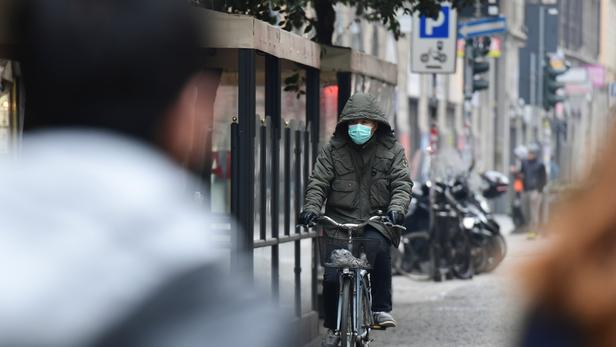 Un homme porte un masque dans le quartier chinois de Milan, en Italie, où le Covid-19 touche de plus en plus de monde.