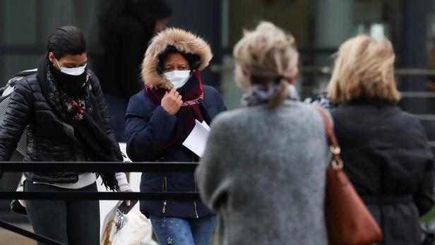 Des femmes portant des masques quittent l'hôpital de Creil, jeudi.