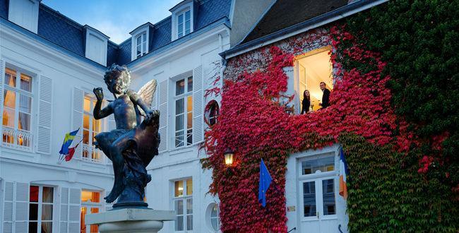 L'Amour de Deutz, est la statuette qui accueille les visiteurs dans la cour de son siège, à Aÿ.