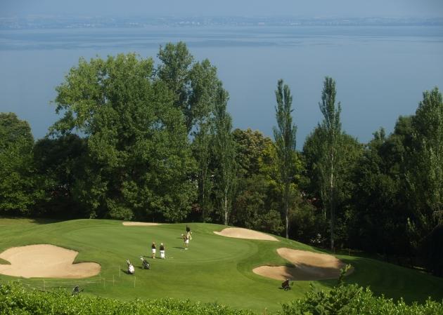 Le spectaculaire parcours de l'Evian Masters Golf Club (ici, le green du trou n°2) est le théâtre de la finale 2011 du Trophée Madame Figaro BMW.