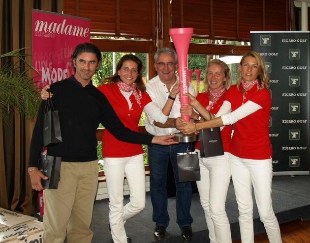 Les vainqueurs en Net brandissent le Trophée créé par Hubert Privé.