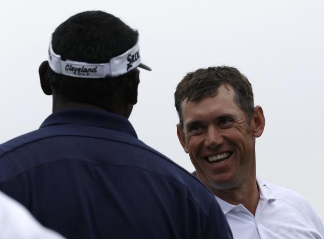Jeudi 5 avril. Grand sourire, Lee Westwood serre la main de Vijay Singh sur le green du 18. A l'issue du 1er tour, l'Anglais s'empare du commandement du 76e Masters de l'histoire grâce à un superbe 67 (-5). Record personnel égalé. 2e en 2010, le n°3 mondial terminera finalement 3e en 2012. C'est son 3e top 5 en 13 Masters disputés (10 cuts franchis). (Reuters)