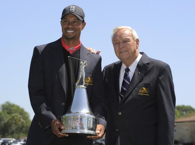 24 mars. Quand une légende rencontre une autre légende. Tiger Woods avec Arnold Palmer, 21 tournois majeurs à eux deux ! (Reuters)