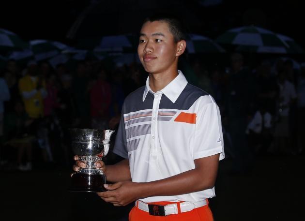 Tianlang Guan reçoit le trophée du plus jeune joueur amateur à avoir participé au Masters d'Augusta. Il termine à +12, à la 59e place. (Reuters)
