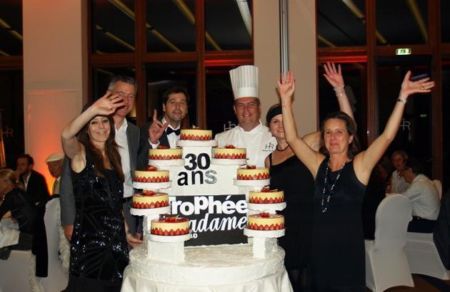 L'équipe de Madame Figaro et le directeur de l'Evian Resort souffle les 30 bougies du Trophée Madame Figaro-BMW (Karin Dilthey).