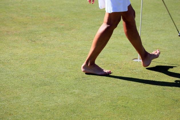 Sous 30°, on est mieux nus pieds pour taper la balle (Karin Dilthey).