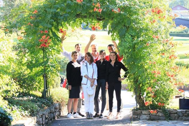 Les équipes de Madame Figaro et de Swing entourées de ses partenaires : Marc Cluizel (Chocolats Cluizel), Rania Khodr (Office de tourisme d'Oman) et Anne-Bénédicte Quilici (Champagnes Charles Heidsieck).