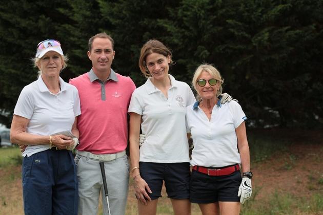 L'équipe aux couleurs de Kaviari : Ann Dufour, Françoise et Karine Nebot, emmenée par le pro Laurent Pargade