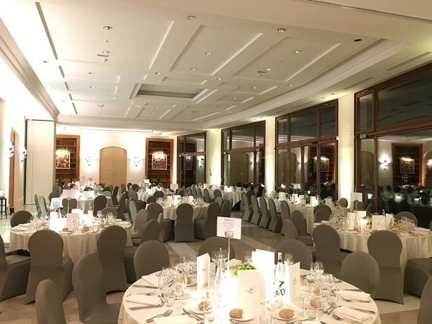 Le diner de gala se prépare (Karin Dilthey).