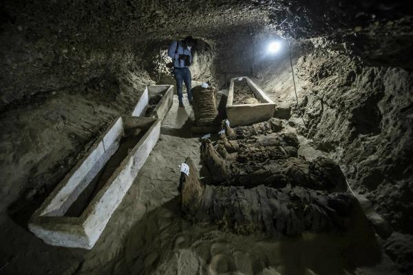 Des archéologues égyptiens ont retrouvé 17 momies dans des catacombes découvertes dans la province de Minya.