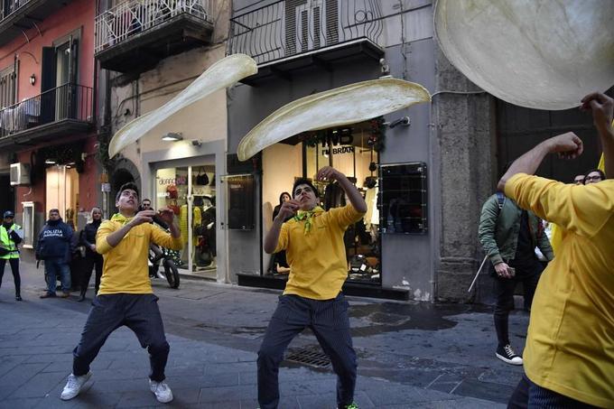 Les Napolitains célèbrent l'entré de l'art du pizzaïolo au patrimoine immatériel de l'Humanité