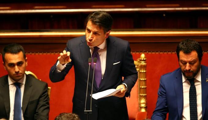 Le premier ministre italien Giuseppe Conte, à côté du ministre de l'Intérieur Matteo Salvini et du ministre du Travail et de l'Industrie Luigi Di Maio