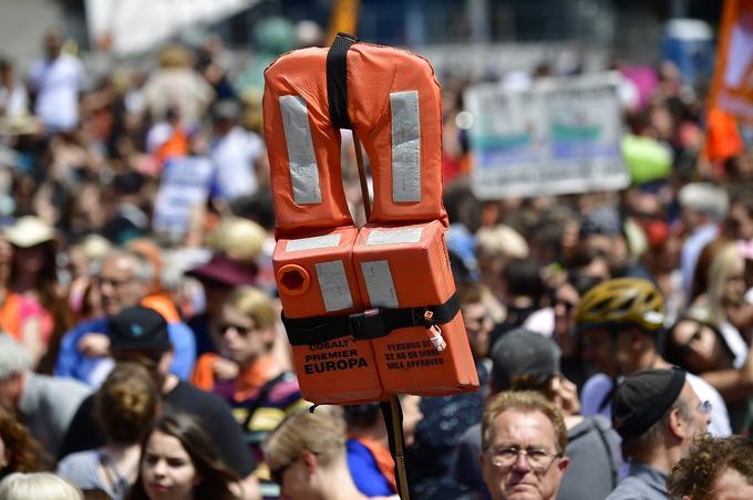 Le gilet de sauvetage, symbole des migrants sauvés ou encore en mer dans cette manifestation