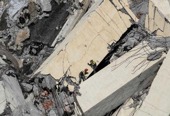 Les secouristes fouillent les décombres
