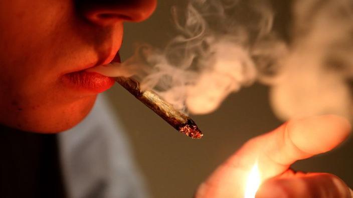 datant d'un homme qui fume pot