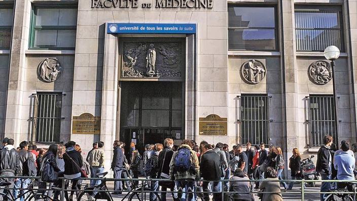 Delante de la Facultad de Medicina de la Universidad de París.'Université de Paris.