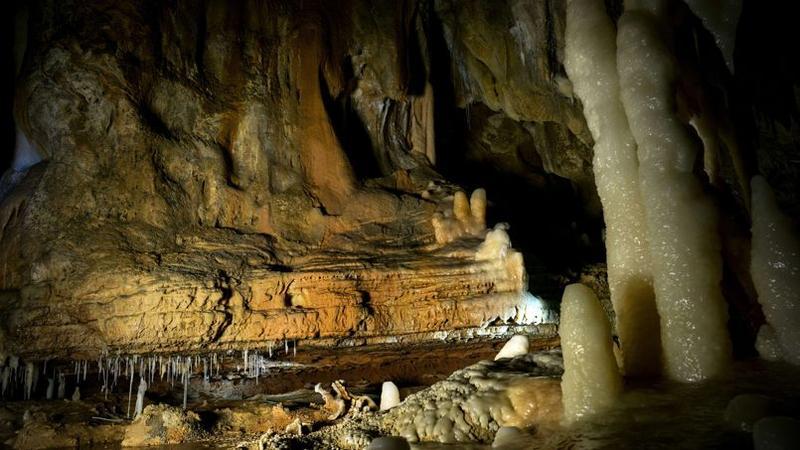 grotte espagnole avec mains en négatifs