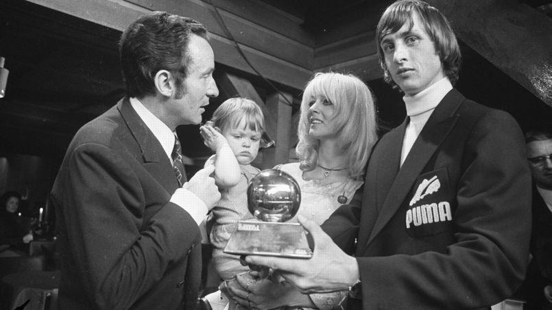 Johan Cryuff, triple vainqueur du Ballon d'Or, et son trophée, en 1971.