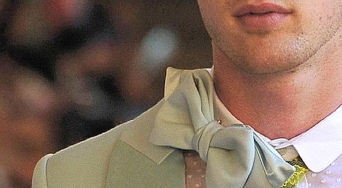 Le styliste Alexis Mabille dessine aujourd'hui des collections complètes avec le nœud pap' comme accessoire obligatoire ).
