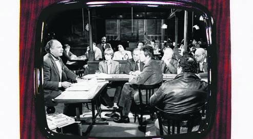 De gauche à droite : Michel Polac, Claire Bretécher, Jean Daniel, Jean-Jacques Sempé, Claude Roy et Coluche (de dos), sur le plateau de l'émission, en décembre 1981.