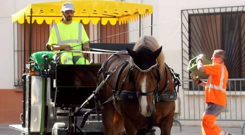 Ici à Peyrestortes, près de Perpignan, un attelage à cheval est affecté à la collecte de déchets.