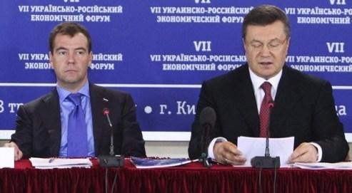 Le président ukrainien Viktor Ianoukovytch (a.d.) et son homologue russe Dmitri Medvedev assistent au 7ème Forum Economique Russo-Ukrainien à Kiev le 18 mai 2010. Crédits photo : Reuters/Vostock-photo.