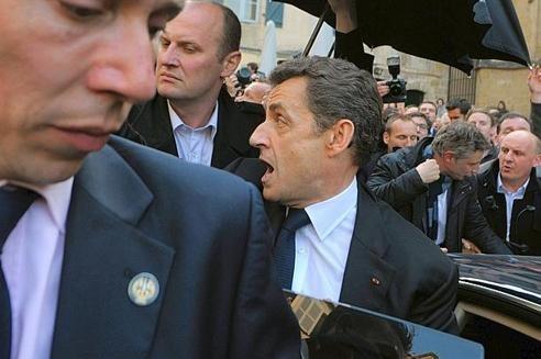 Nicolas Sarkozy bousculé dans la rue à Bayonne.
