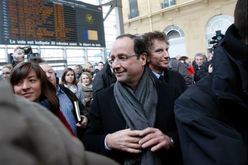 Arrivée de François Hollande et Jack Lang (à droite) pour un meeting, lundi à Nancy.