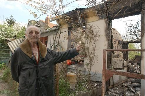 Paul Voise devant sa maison incendiée, le 20 avril 2002.