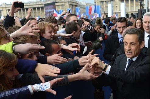 Nicolas Sarkozy serre les mains de ses militants après son meeting, place de la Concorde à Paris, le 15 avril 2012.