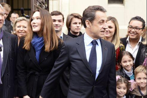 Nicolas Sarkozy sortant de son bureau de vote parisien.