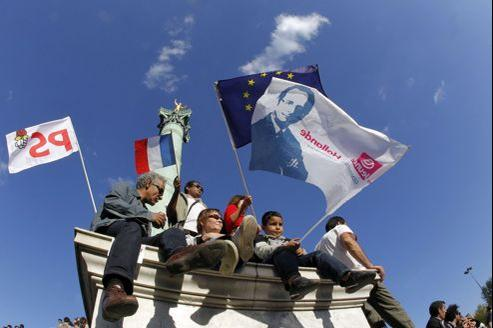 Des militants socialistes, le 1er mai, place de la Bastille.