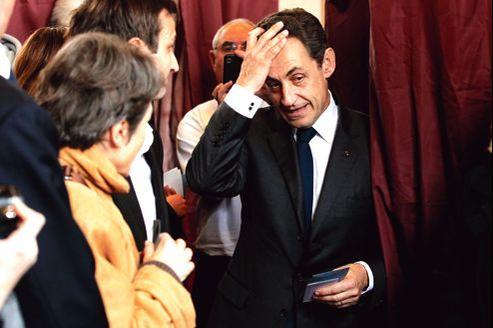 Nicolas Sarkozy à la sortie de l'isoloir, dimanche, lors du second tour de l'élection présidentielle. Le président-candidat s'est accroché à une «petite chance» jusqu'à la dernière minute, la dernière seconde de cette présidentielle.