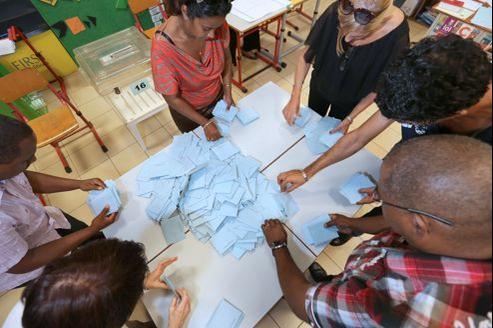 Dépouillement d'une urne électorale dans un bureau de vote de la Réunion dimanche.