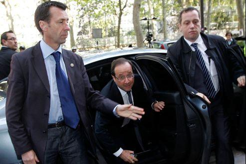 François Hollande, lundi matin, sous la protection des policiers du SPHP.