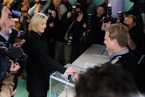 Marine Le Pen, le 6 mai, a voté à Hénin-Beaumont, ville dont elle est conseillère municipale, et où elle est arrivée en tête au premier tour de l'élection présidentielle avec 35,48% des voix.