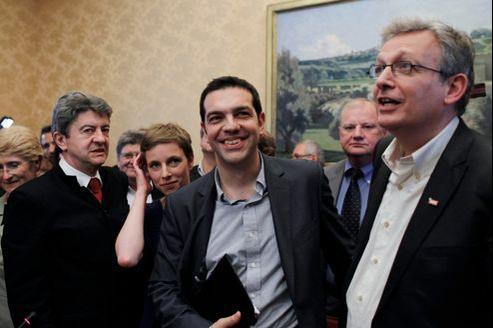 Alexis Tsipras (au centre sur la photo) entouré de Jean-Luc Mélenchon, Clémentine Autain et Pierre Laurent, à l'Assemblée nationale le 21 mai.