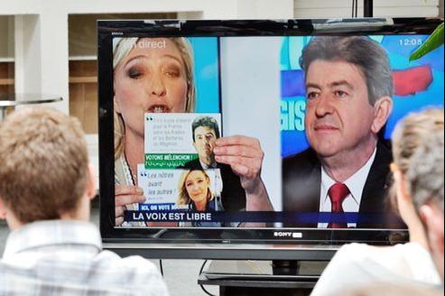 Marine Le Pen agite le faux tract lors du débat.