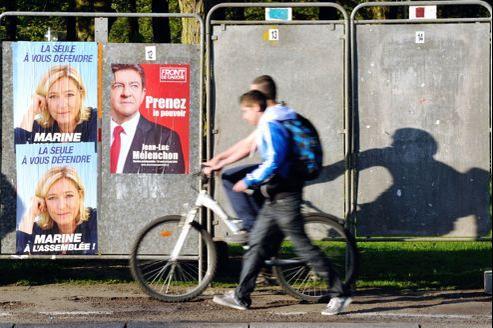Affiches électorales dans une rue d'Hénin-Beaumont.