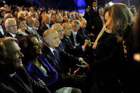 Ségolène Royal (assise à gauche) et Valérie Trierweiler (debout à droite) se serrent la main le 4 avril pendant un meeting de François Hollande à Rennes, en pleine campagne présidentielle.