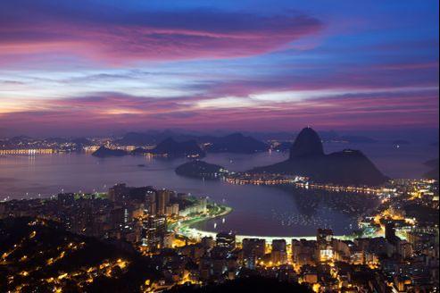 La baie de Rio de Janeiro et le fameux Pain de Sucre. Aujourd'hui l'agglomération de 6,5millions d'habitants doit diminuer la pollution atmosphérique, stimuler ses réseaux de transports collectifs et améliorer son système d'assainissement.