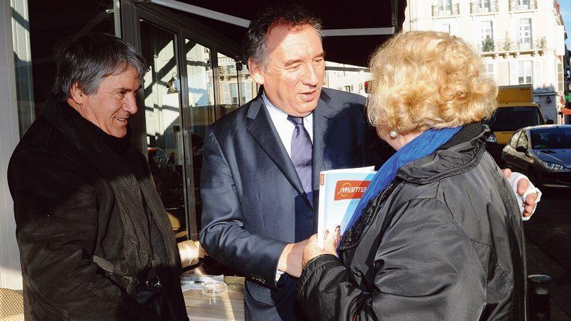 François Bayrou salue les habitants de Pau, lors de sa campagne municipale, le 21 janvier.