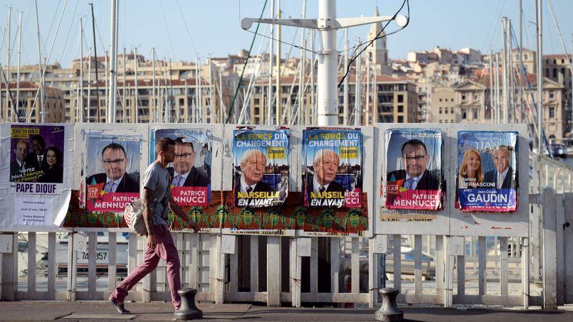 Affiches électorales sur le Vieux-Port de Marseille, jeudi 13 mars. Le PS mise sur la prise de cette ville pour contrebalancer la défaite annoncée.